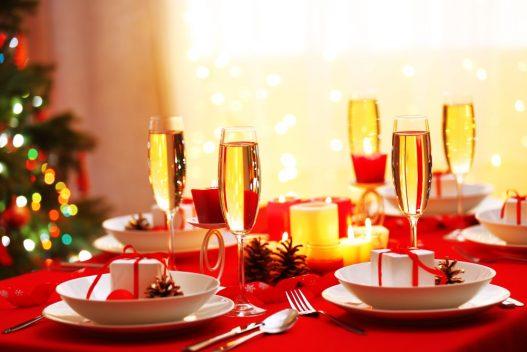 Bordopdækning på rød julevoksdug
